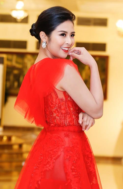 Hoa hậu Việt Nam 2010 ngày càng đẹp sắc sảo hút ánh nhìn.