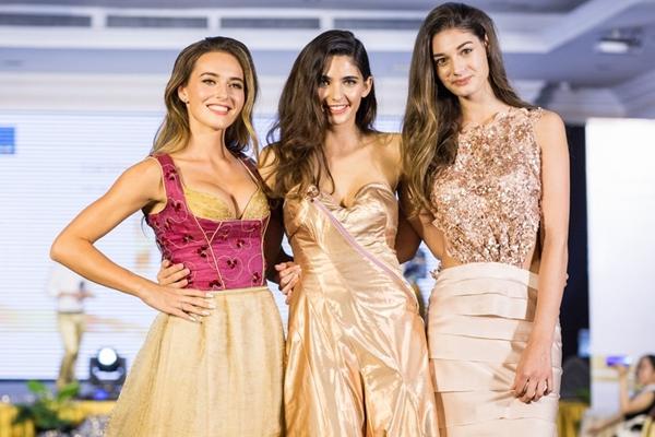 Top 3 Hoa hậu Áo 2018 diện những bộ cánh lộng lẫy của NTK La Hồng xuất hiện tại sự kiện. Họ sang Việt Nam từ nhiều ngày qua và có dự đêm chung kết Hoa hậu Việt Nam tối 16/9. Họ còn tự tin trình diễn thời trang trước sự cổ vũ của đông đảo các khách mời.
