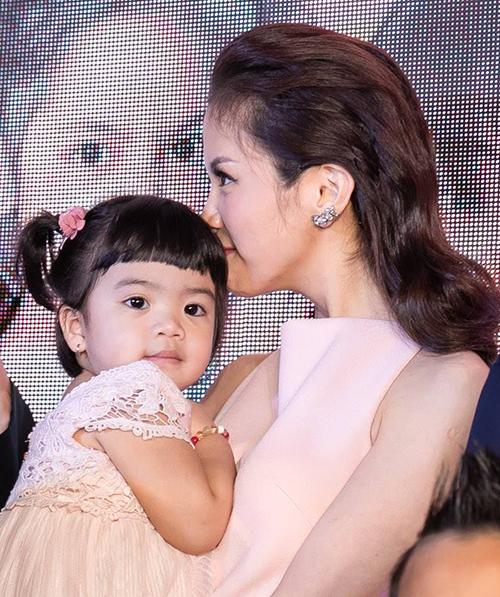 An Nguy và con gái đỡ đầu tại sự kiện.