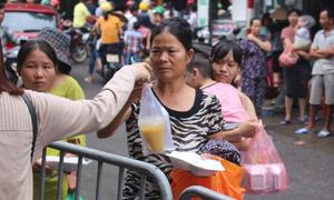 Người nghèo sau đám cháy: Khắc khoải chờ về nhà, vớt vát chút gì còn sót lại