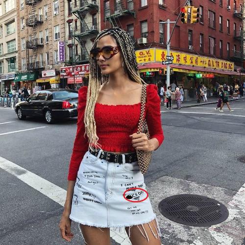 Sau khi giành danh hiệu Á hậu Hoàn vũ Việt Nam, Hoàng Thùy xây dựng hình tượng nữ tính, kiêu sa. Tuy nhiên mới đây khi sang Mỹ để quay trở lại với công việc người mẫu, người đẹp xứ Thanh quay trở về hình ảnh gai góc, cá tính. Xuất hiện trên đường phố New York, Hoàng Thùy cực nổi bật với mái tóc dây thừng châu Phi. Thế nhưng chi tiết khiến công chúng chú ý hơn cả lại nằm ở phần họa tiết in trên chiếc váy của Hoàng Thùy.