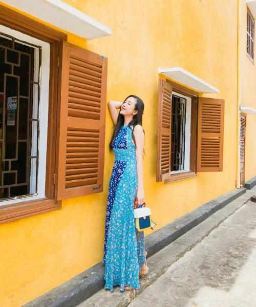 Những hình ảnh đăng tải trên mạng xã hội, người đẹp sinh năm 1997 hầu hết chọn các mẫu đầm dáng dài, đầm maxi. Cô cũng thường mang theo phụ kiện là những chiếc túi mini có kiểu dáng sành điệu.