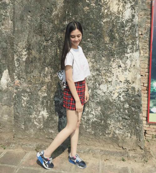 Những item cơ bản như chân váy kẻ ô vuông, sneakers, áo crop - top là những món đồ không thể thiếu trong tủ đồ của Tân hoa hậu.
