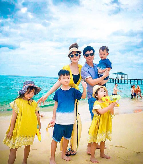 Đại gia đình nhà Lý Hải diện đồ tông xuyệt tông gam vàng - xanh cực đáng yêu khi đi du lịch ở biển Kỳ Co, Quy Nhơn.