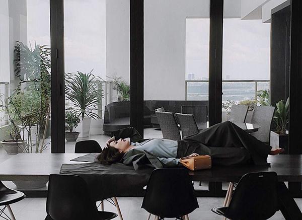Jun Vũ phải nằm trên bàn tạo dáng để phục vụ cho một photoshoot thời trang mới.
