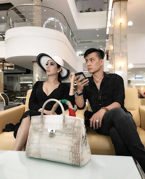 Hai vợ chồng Lâm Khánh Chi vừa sang Thái Lan để nhờ người mang thai hộ.