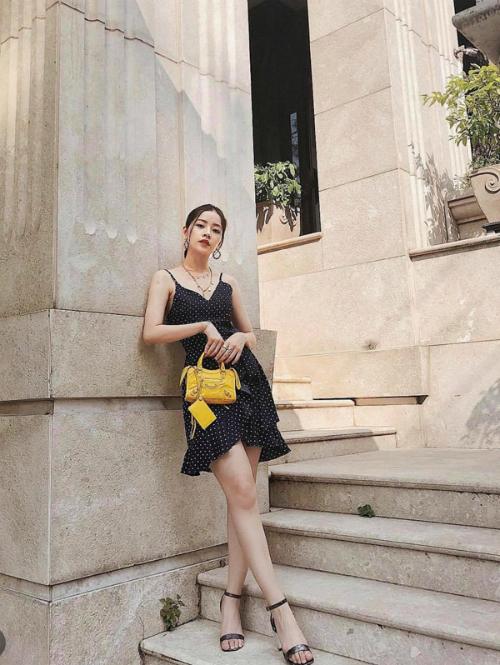 Không chỉ hớp hồn fan trên thảm đỏ, ở ngoài đời thực, phong cách thời trang của Chi Pu cũng sành điệu, cá tính không kém. Nữ diễn viên sinh năm 1993 chọn mẫu túi mini của Balenciaga làm điểm nhấn cho set đồ gồmváy hai dây họa tiết chấm bi mix cùng sandal quai ngang.