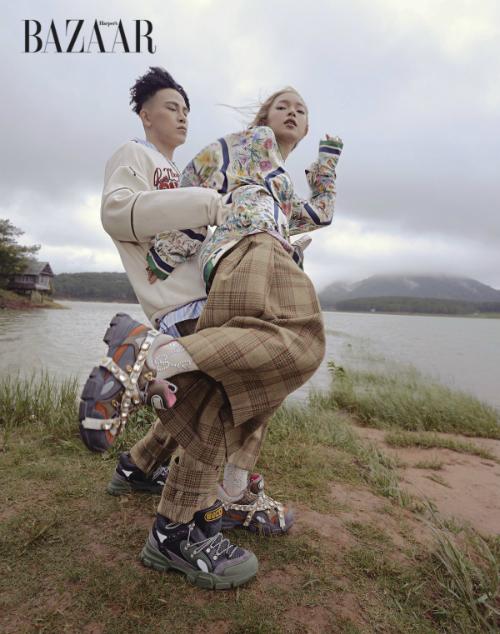Châu Bùi và bạn trai Decao cũng không thể ngó lơ món đồ sành điệu, hợp xu hướng này.