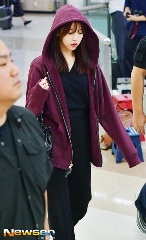 Áo hoodie, quần ống rộng dễ di chuyển giúp Mina cảm thấy thoải mái khi bay chuyến dài.