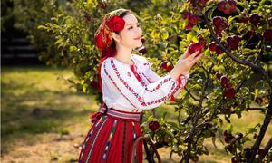 Lý Nhã Kỳ trẻ trung trong trang phục truyền thống Romania