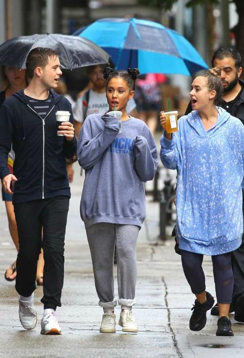 Hình ảnh mới nhất của Ariana ngày 18/9. Đây là lần đầu tiên cô xuất hiện trước công chúng sau cái chết của Miller.