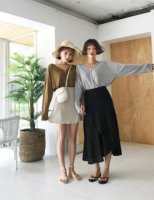 Áo khoác len mỏng là món đồ sinh ra để dành cho những ngày thu se lạnh. Bạn có thể diện theo kiểu khoác hờ phía ngoài áo phông, váy hoặc cài khuy để biến thành một chiếc áo cổ tim. Độ ứng dụng đa dạng của món đồ này giúp nó trở thành item phải có với mọi cô gái.