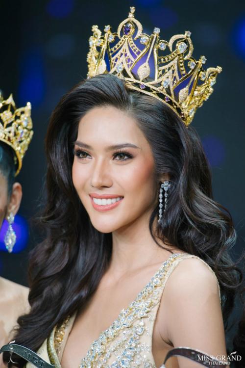 Thái LanĐăng quang Hoa hậu Hòa bình Thái Lan hồi cuối tháng 7, người đẹp Namoey Chanaphan trở thành đại diện Thái Lan tại Miss Grand International 2018.Cô năm nay 24 tuổi, cao 1,80m cùng hình thể nóng bỏng. Theo dự đoán của nhiều chuyên trang sắc đẹp, Namoeylà đại diện ưu tú của khu vực châu Á tại mùa giải năm nay.
