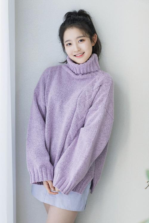 Park Si Eun là con gái của nam nghệ sĩ nổi tiếng Park Nam Jung. Si Eun kí hợp đồng với JYP hồi tháng 1/2017, ra mắt với tư cách một diễn viên nhưng hiện tại cũng nằm trong dàn trainee nữ của JYP.
