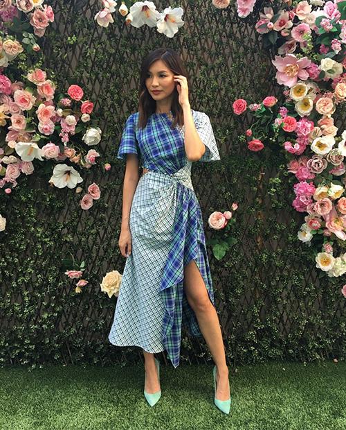Một lần nữa tại thành phố Los Angeles (Mỹ), nàng Astrid lại khiến dân tình mê mẩn với thiết kế của Prabal Gurung. Mẫu váy bất đối xứng có họa tiết caro tông màu xanh dịu mát, cùng đường xẻ tà cao giúp người đẹp khoe được vẻ gợi cảm của mình.