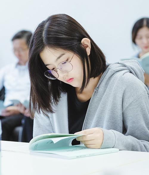 Cô nàng có đôi mắt một mí, má bầu bĩnh và môi gợi cảm. Shin Eun Soo gây ấn tượng với khuôn mặt mộc, vẻ đẹp trong sáng hợp với vai học sinh.
