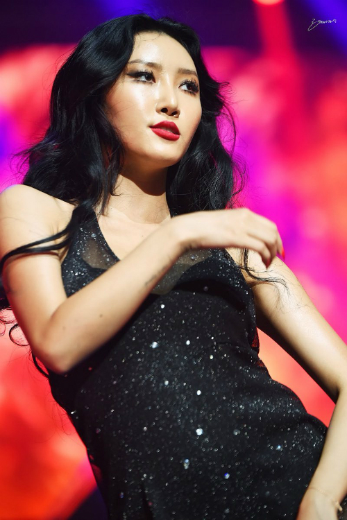 Càng ngày Hwasa càng chín về thần thái. Cô luôn toát lên vẻ sexy đầy thu hút, dự đoán sẽ chiếm ngôi nữ hoàng gợi cảm của Hyun Ah trong tương lai.