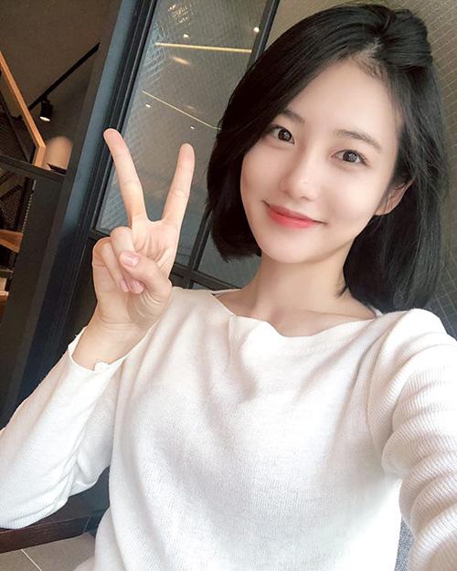 Ngôi sao mới nổi của nhà JYP gây ấn tượng với mái tóc ngắn, gương mặt trong sáng, phù hợp với những vai diễn trong phim tình cảm xứ Hàn.