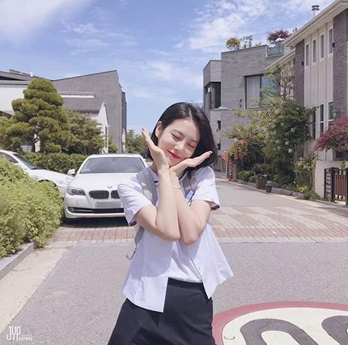 Nhờ thành công của bộ phim A-Teen, Shin Ye Eun đang là diễn viên tân bình được yêu thích ở Hàn Quốc. Ngôi sao là thực tập sinh của JYP, trước đó nổi tiếng nhờ là ulzzang của trường nghệ thuật Hanlim.