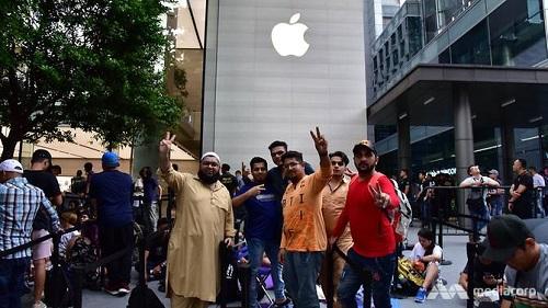 Người dân đổ xô xếp hàng dài chờ mua iPhone XS tại Singapore - 2