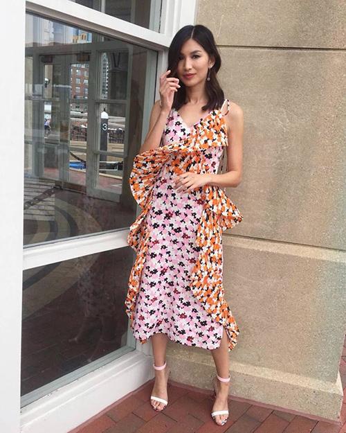 Cũng như các cô gái con nhà giàu trong Crazy Rich Asians, Gemma thường xuyên diện những bộ váy khá đắt đỏ, thể hiện đẳng cấp trong các hoạt động dạo phố.
