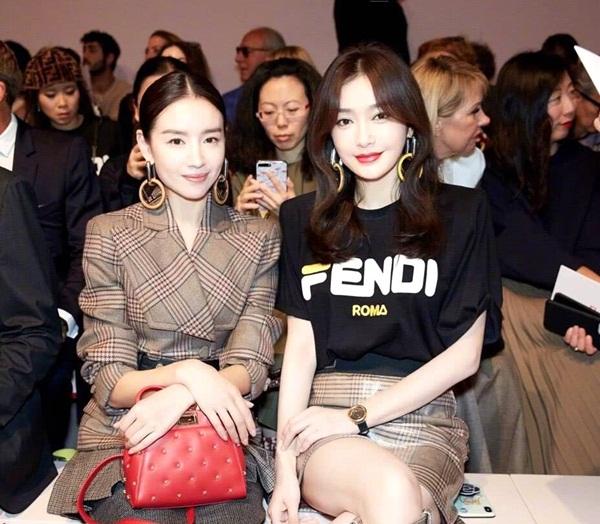 Tối 20/9, hai nữ diễn viên Trung Quốc Tần Lam và Đổng Khiết góp mặt  trong show diễn của thương hiệu Fendi tại Milan Fashion  Week. Cả hai được chú ý khi cùng thể hiện vai Phú Sát hoàng hậu trong 2  bộ phim cổ trang hot Diên Hy công lược và Như Ý truyện. Dù luôn bị đem ra so sánh về diện mạo, khả năng diễn xuất, hai nữ diễn  viên tỏ ra thân thiết khi ngồi cạnh nhau, thoải mái trò chuyện.