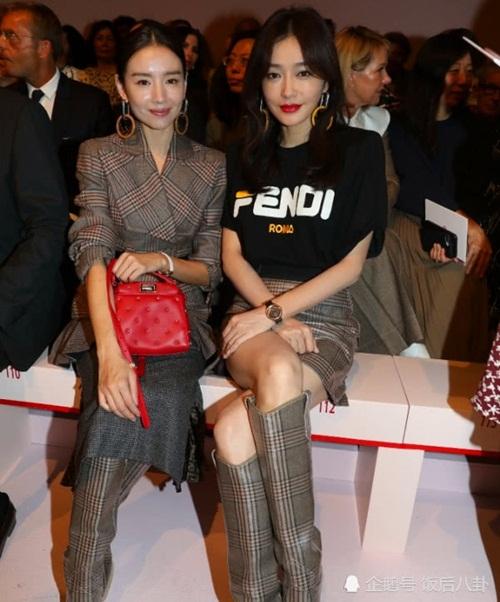 Trong ảnh không chỉnh sửa, dung mạo hai sao nữ trông kém sắc hơn, lộ dấu  vết tuổi tác. Đáng chú ý là Tần Lam và Đổng Khiết cùng đeo một kiểu hoa  tai, đi cùng một mẫu giày của Fendi.