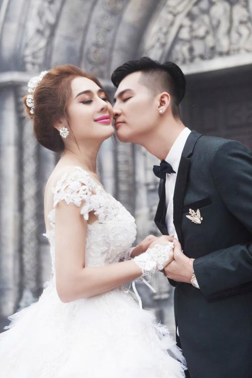 Lâm Khánh Chi - Phi HùngTổ chức hôn lễ cuối năm 2017, đám cưới của công chúa chuyển giới Lâm Khánh Chi yêu cầu các khách mời phải mang theo thiệp cưới mới được vào bên trong. Ngoài ra, nữ hoàng chiêu trò cũng yêu cầu khách mời nam phải diện vest lịch lãm, còn khách mời nữ mặc đầm dạ hội.