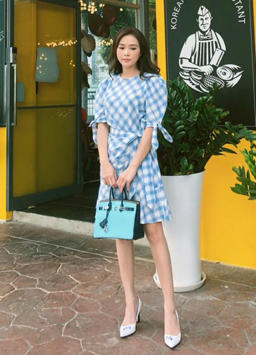 Váy thắt eo họa tiết kẻ ô mà hot girl Sam diện là món đồ yêu thích của các cô nàng yêu thời trang trong mùa thu này.