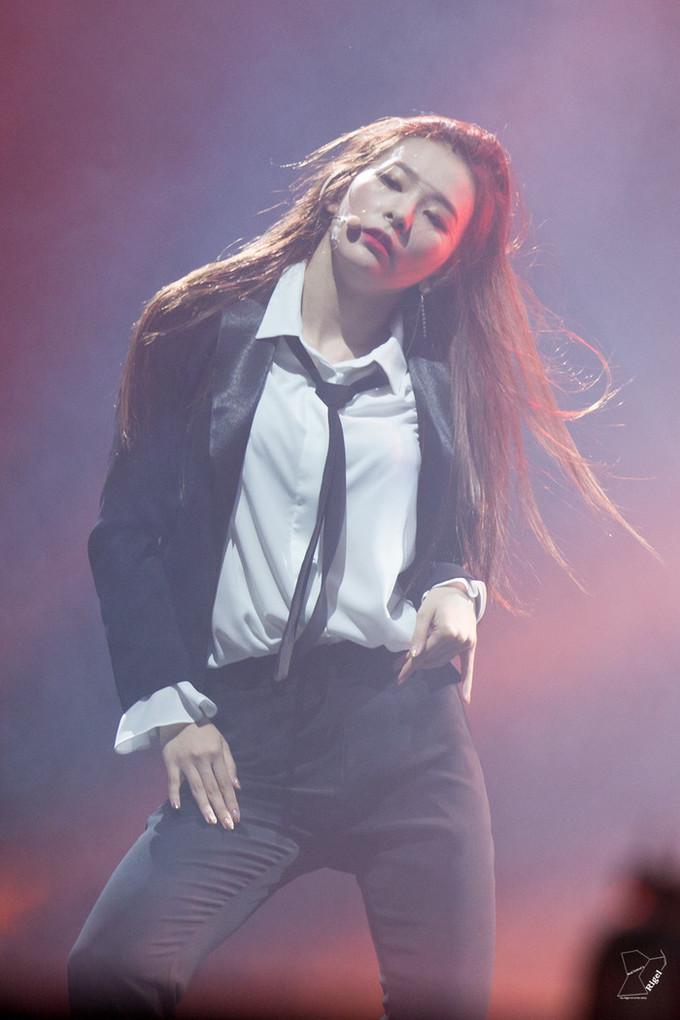 """<p> Seul Gi cũng là một idol nổi tiếng với những khoảnh khắc """"xuất thần"""" khi mặc suit trình diễn.</p>"""