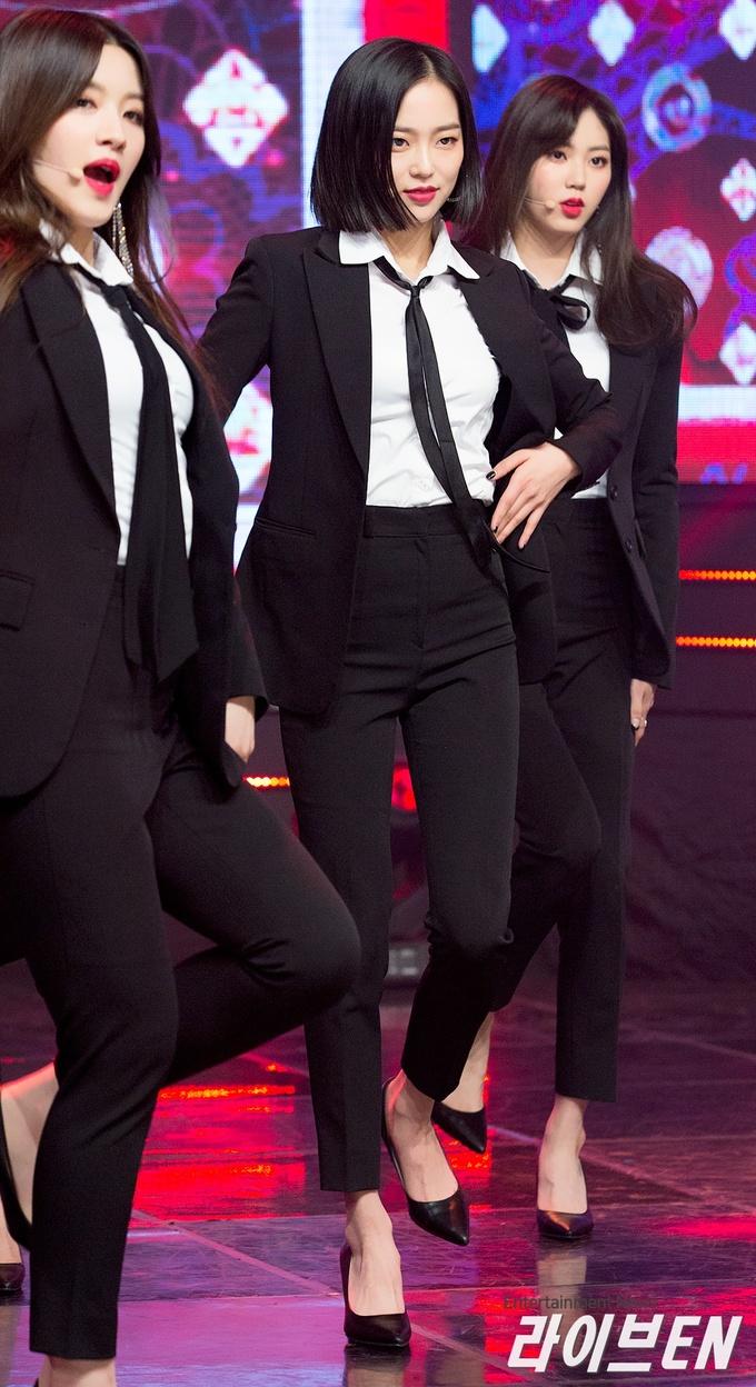 """<p> Trong giai đoạn quảng bá <em>Black Dress</em>, các cô gái CLC được netizen khen ngợi hết lời với phong cách nữ quyền trong những bộ suit """"chuẩn không cần chỉnh"""".</p>"""