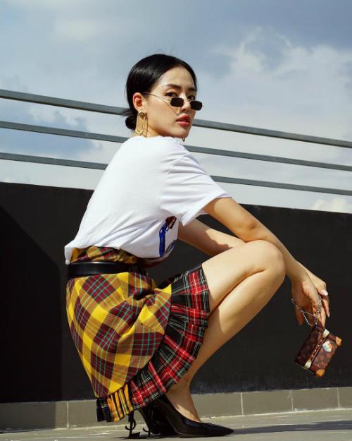 Cách mix tầng tầng lớp lớp với váy siêu ngắn kết hợp cùng áo phông, kính mắt tí hon và túi xách mini tạo cho Khánh Linh The Face vẻ ngoài khó lẫn tạp.