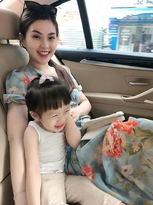 Á hậu Diễm Trang cùng con gái cưng đùa giỡn vui vẻ trên xe.
