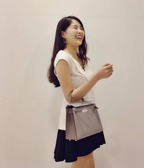 Kiều Trinh cười tít mắt khi xách chiếc túi mới trị giá hàng trăm triệu đồng.