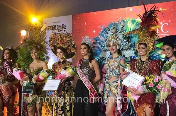 Đại diện Việt Nam nhận giải thưởng trên sân khấu.
