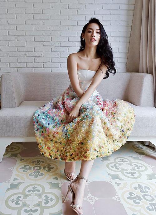 Khánh Linh The Face xinh đẹp như công chúa khi để tóc đen và diện chiếc váy đính kết công phu.