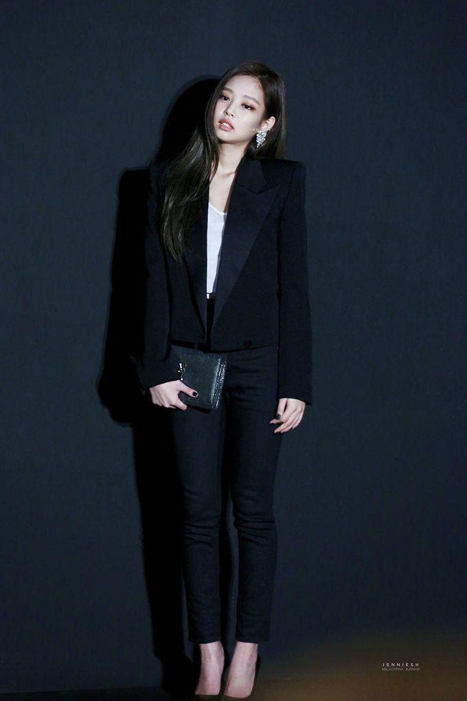 <p> Jennie hóa thân thành quý cô quyền lực và thanh lịch với style menswear ấn tượng.</p>