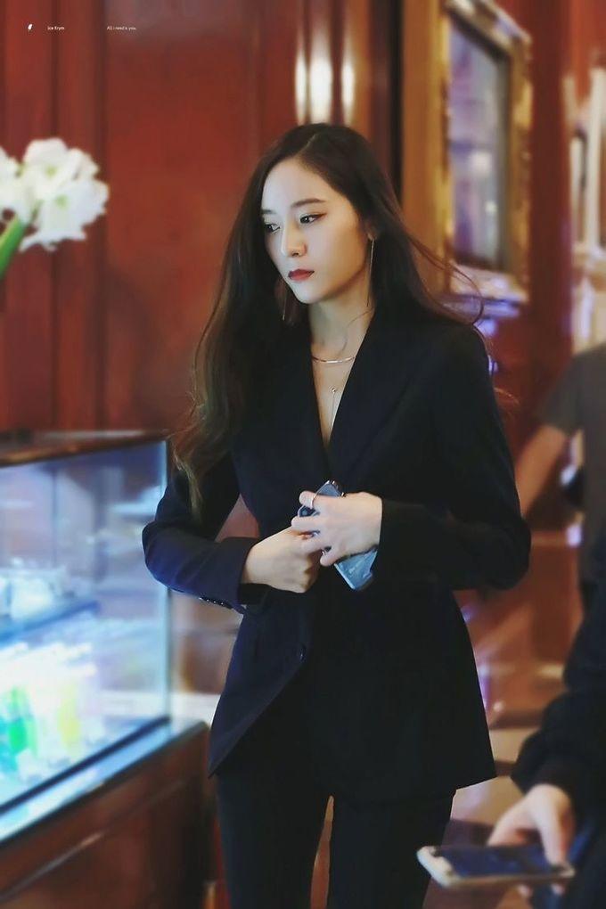 <p> Body tuyệt đẹp của Krystal khi diện vest.</p>