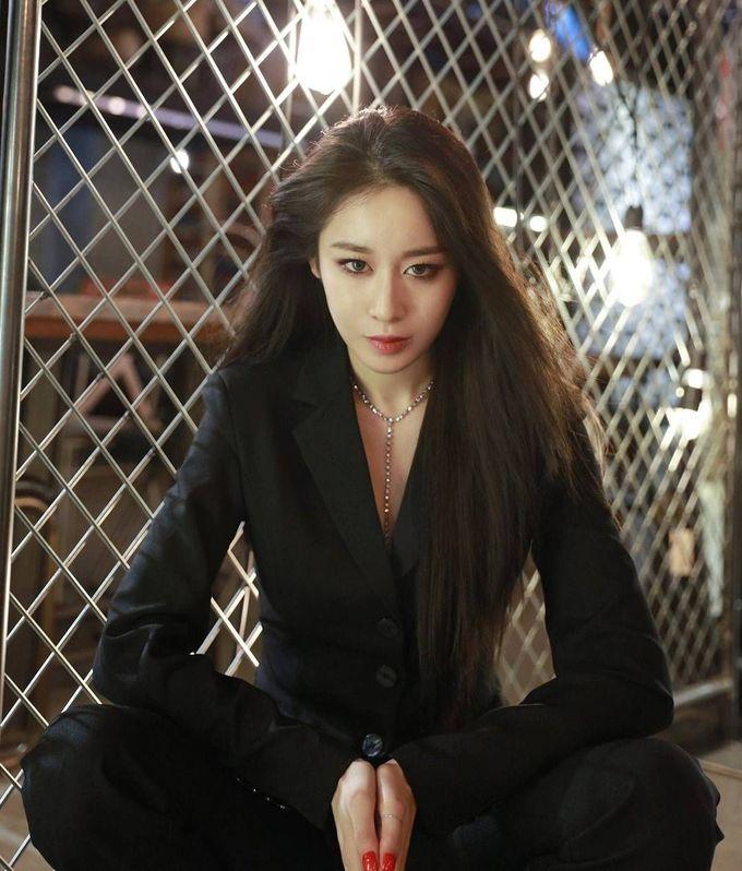 """<p> Ji Yeon khiến fan """"mất máu"""" bởi sự nam tính, lịch lãm của mình khi xuất hiện với concept unisex.</p>"""