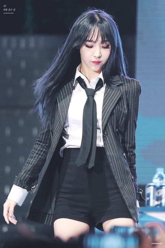 <p> Moon Byul của Mamamoo là một trong những nữ idol được bình chọn mặc suit đẹp nhất Kpop. Nữ rapper có bờ vai thẳng, vòng eo nhỏ nhắn cực hợp với suit, vừa mạnh mẽ lại không mất vẻ nữ tính.</p>