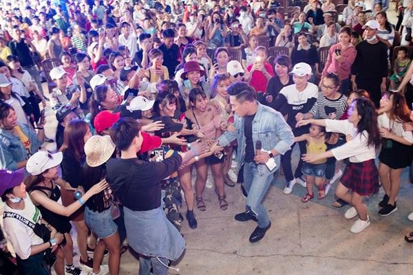 Châu Khải Phong hốt hoảng khi fan cuồng lao lên sân khấu đòi xé áo - 7