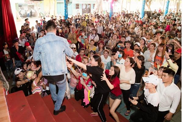 Châu Khải Phong hốt hoảng khi fan cuồng lao lên sân khấu đòi xé áo - 5
