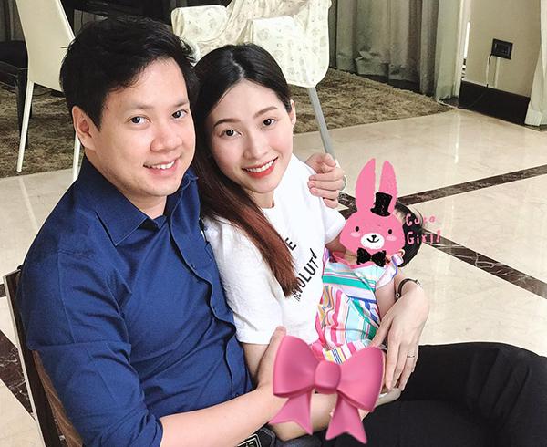 Hoa hậu Thu Thảo sinh con gái đầu lòng vào tháng 3 năm nay. Một vài lần cô chia sẻ hình ảnh con gái nhưng giấu mặt.