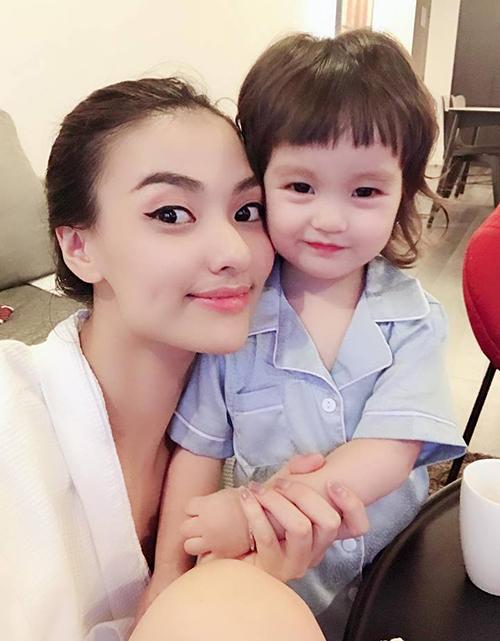 Con gái của Hồng Quế cũng là một mỹ nhân nhí ở tuổi lên 2. Bé Cherry có làn da trắng nõn, gương mặt tròn xoe đáng yêu như búp bê. Cherry rất nhí nhảnh và thường xuyên chụp hình selfie cùng mẹ đầy tự nhiên.