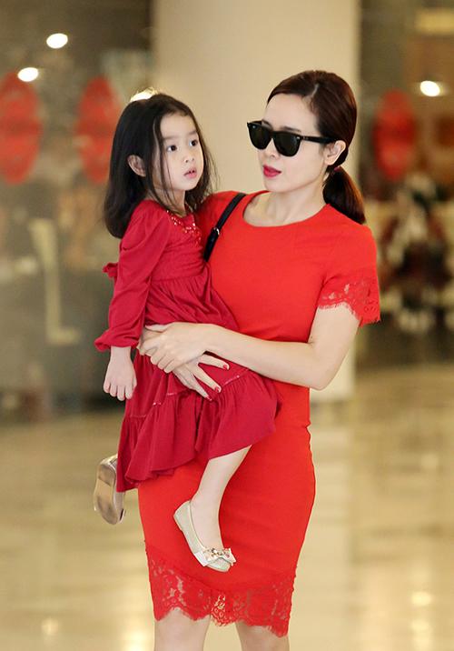 Con gái Lưu Hương Giang - Hồ Hoài Anh tên thật là Hồ Khánh Hà, biệt danh ở nhà là Mina. Cô nhóc 8 tuổi có vẻ đẹp khá nhẹ nhàng, thanh thoát.