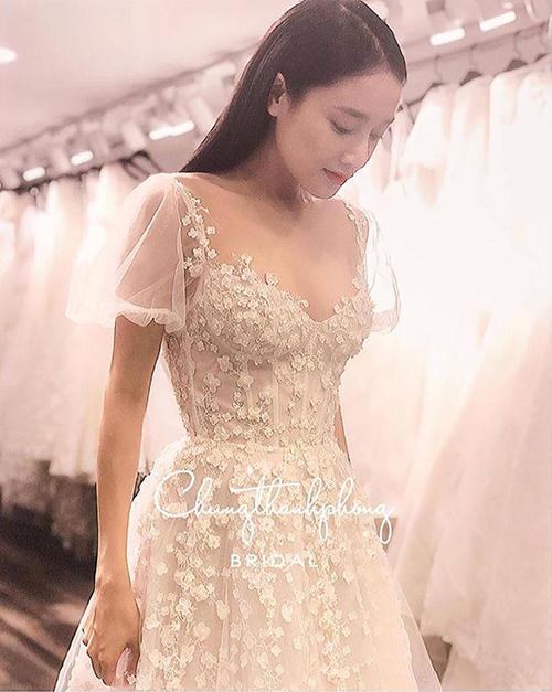 Nhã Phương sẽ mặc váy quây xẻ đùi sexy trong ngày cưới - 1