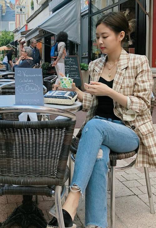 Fan bình luận, gương mặt Jennie đậm chất high fashion. Cô nàng hội tụ những nét đẹp của con gái châu Á mà các thương hiệu thời trang phương Tây ưa chuộng: da hơi ngăm, mắt mèo, mặt bầu bĩnh nhưng vẫn góc cạnh.