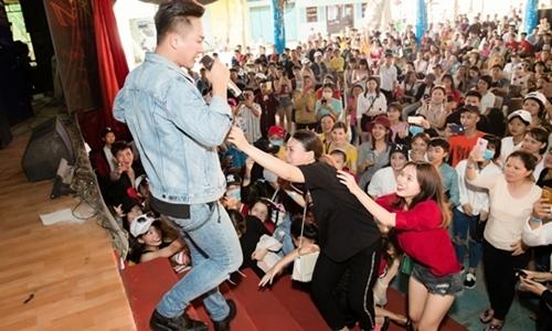 Châu Khải Phong hốt hoảng khi fan cuồng lao lên sân khấu đòi xé áo