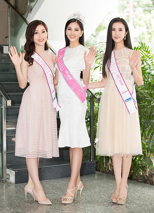 Sau đăng quang, Top 3 Hoa hậu Việt Nam 2018 tất bật với các sự kiện giao lưu. Phương Nga, Tiểu Vy, Thúy An liên tục phải thay quần áo để làm mới mình trong mỗi lần xuất hiện. Tuy nhiên style của ba vẫn dừng lại ở mức khá an toàn. Dù đổi nhiều trang phục khác nhau nhưng vẻ ngoài của tân Hoa hậu trong các sự kiện không có nhiều khác biệt.