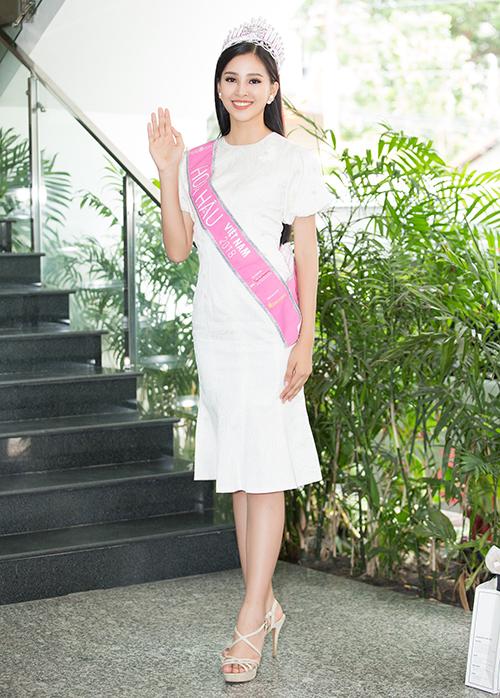 Trong khi Phương Nga, Thúy An đổi màu sắc đa dạng hơn thì Tiểu Vy chỉ trung thành với sắc trắng. Hoa hậu thường chọn diện các kiểu đầm cocktail mang màu trắng tinh khôi, phù hợp với vẻ đẹp trong trẻo tuổi 18.